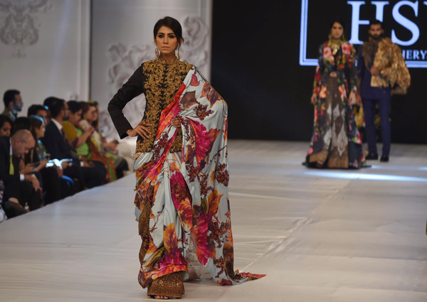 A model presents a creation by Pakistani designer Hassan Sheheryar Yasin (HSY). (Sept. 27, 2016 - Source: AFP)